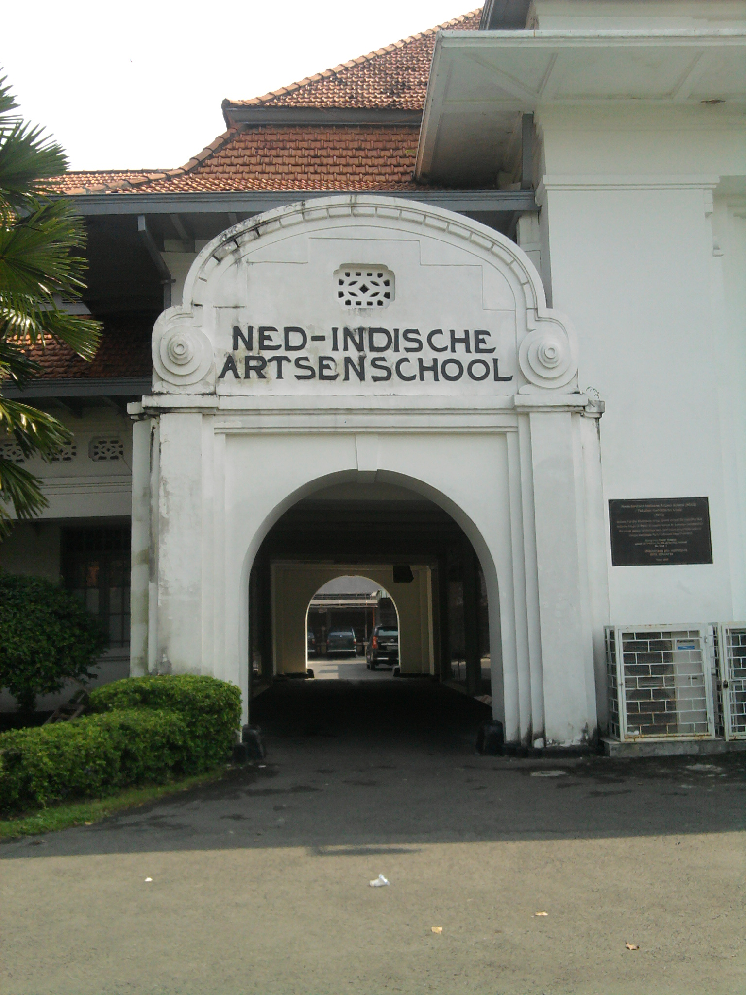 Sisa peninggalan jaman kolonialisme berupa gedung fakultas kedokteran