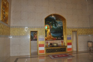 Bagian dalam tempat peribadatan Agama Budha