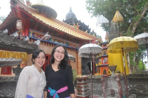 Saya dan ibu dengan background Pura dan Wihara