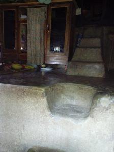 lantai yang baru dilumuri kotoran kerbau